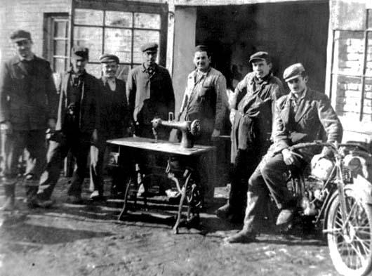 Milorad Žeravica 1953. ispred radionice